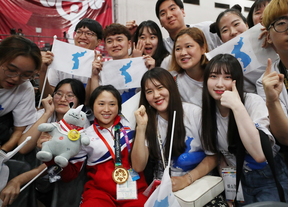Hasil gambar untuk Joint Korean cheering squad in Asian Games leads way in inter-Korean cultural exchange