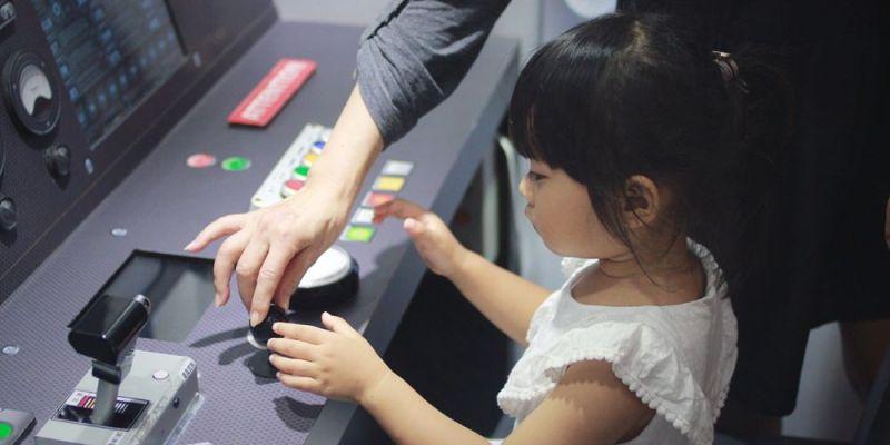 桃園親子免費景點/桃園軌道願景館,親子共乘小火車,還能體驗駕駛捷運的臨場感!