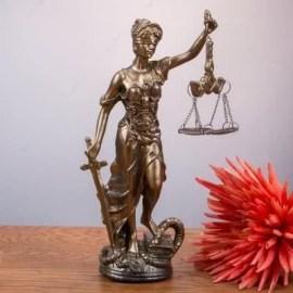 Avukat Babaya Hediye Adalet Terazisi Heykeli