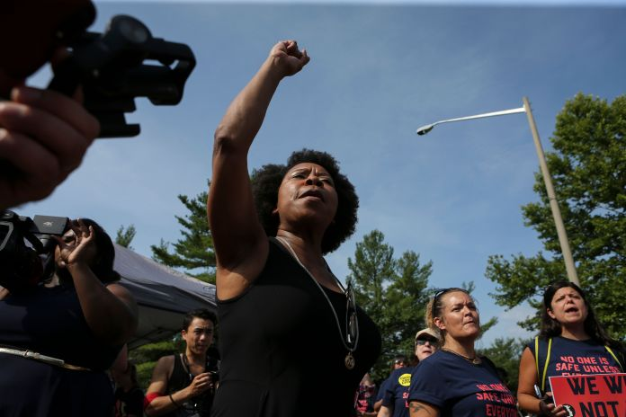 50 Photos From 2017 That Show The Power Of Women's Rage 50 Photos From 2017 That Show The Power Of Women's Rage 5a3973711600004700c50e78
