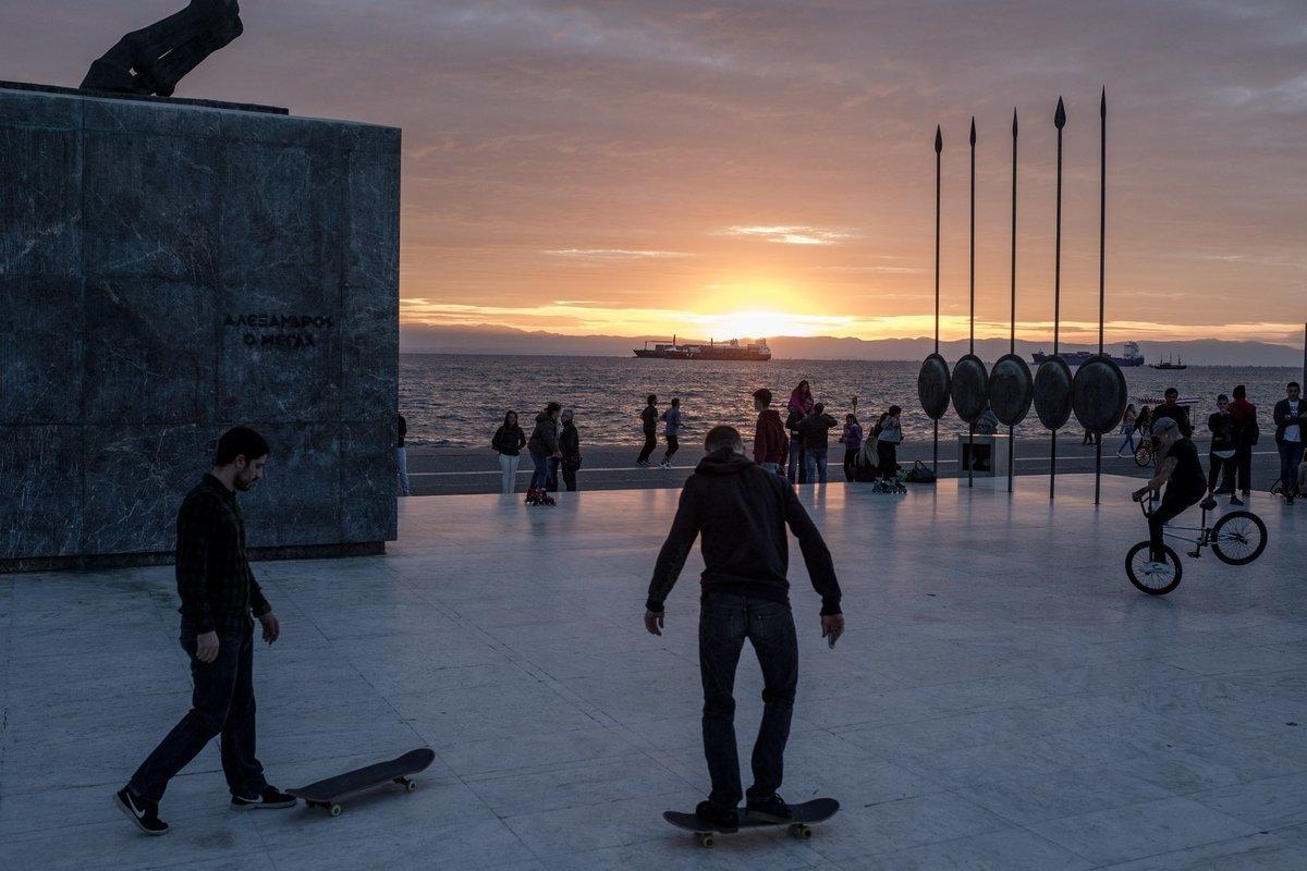 Γιατί οι νέοι στην Ελλάδα μένουν ακόμα με τους γονείς τους; Δεν ευθύνεται μόνο η κρίση