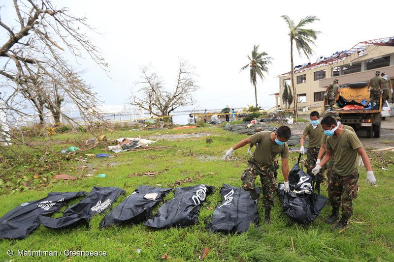 2013년 태풍 하이옌이 휩쓸고 지나간 타클로반 시에서 정부 관계자들이 시신을 수습하고 있다