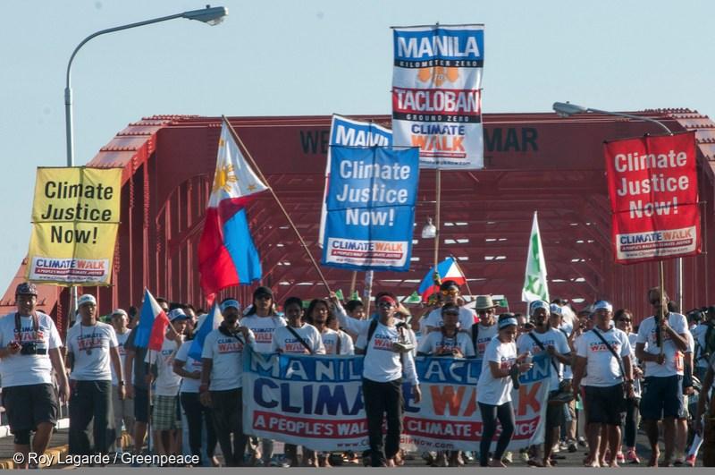 필리핀 시민단체인 '기후 정의를 위한 시민행동' 회원들이 산 후아니코 다리 위에서 시위를 벌이고 있다. 이들은 세계 평균 기온이 산업화 이전 시기에 비해 섭씨 1.5도 이상 오르지 않도록 온실 가스 배출을 규제하는 정책을 수립할 것을 세계 지도자들에게 촉구한다