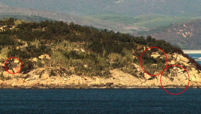 남북이 적대행위를 전면 중지한 1일 오전 인천시 옹진군 연평면 망향전망대에서 바라본 북한 장재도의 포진지가 닫혀 있다.