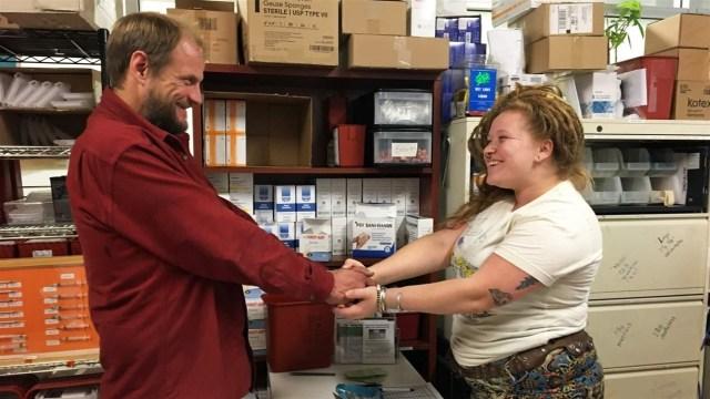 Amber Sheldon, à direita, cumprimenta um cliente frequente no programa de redução de danos na Glide, em San Francisco.  O programa oferece cl