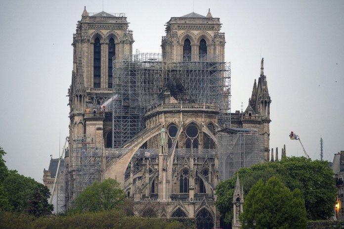 Los bomberos temen por el frontón de las fachadas laterales de Notre