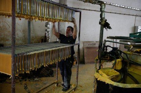 Μέσα σε μια βιοτεχνία παραγωγής κεριών στο
