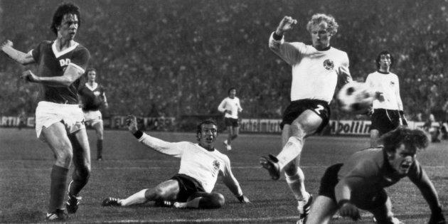 Il gol di Jurgen Sparwasser contro la Germania Ovest. L'unico scontro tra queste due nazionali ad un mondiale di calcio. Foto: Getty Images.