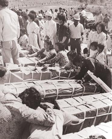 1980년 5월 29일 망월동에서 일제히 진행된 1백 29구의 장례식. 광주 밖에서 이들에게는 '폭도'라는 이름이 붙었다.