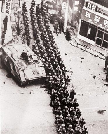 19일 오후3시경 계엄군들이 금남로와 충장로로 출동, 전 지역을 들쑤셔댔다.