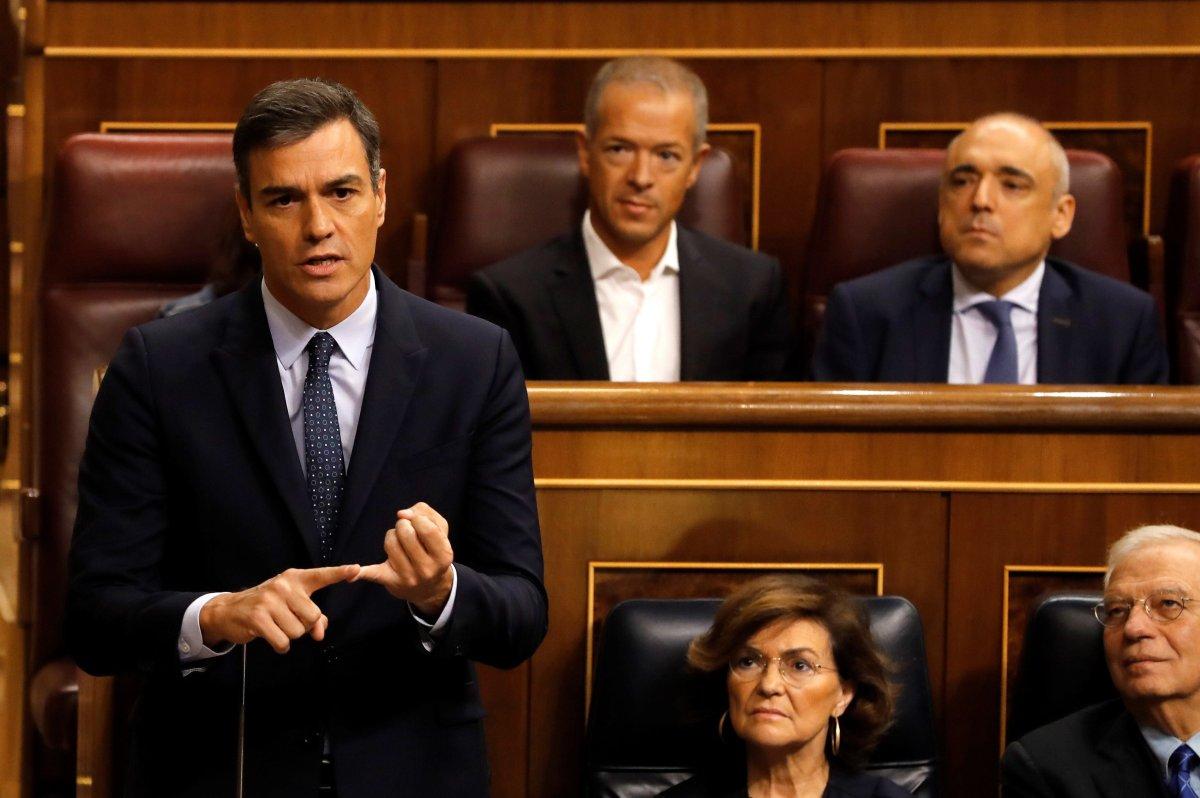 El presidente del Gobierno en funciones, Pedro Sánchez, responde al líder del PP, Pablo...