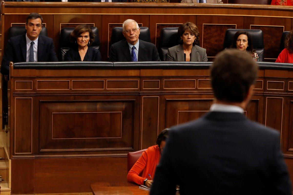 El presidente del Ejecutivo en funciones, Pedro Sánchez (i), y parte de su equipo de gobierno, escucha...