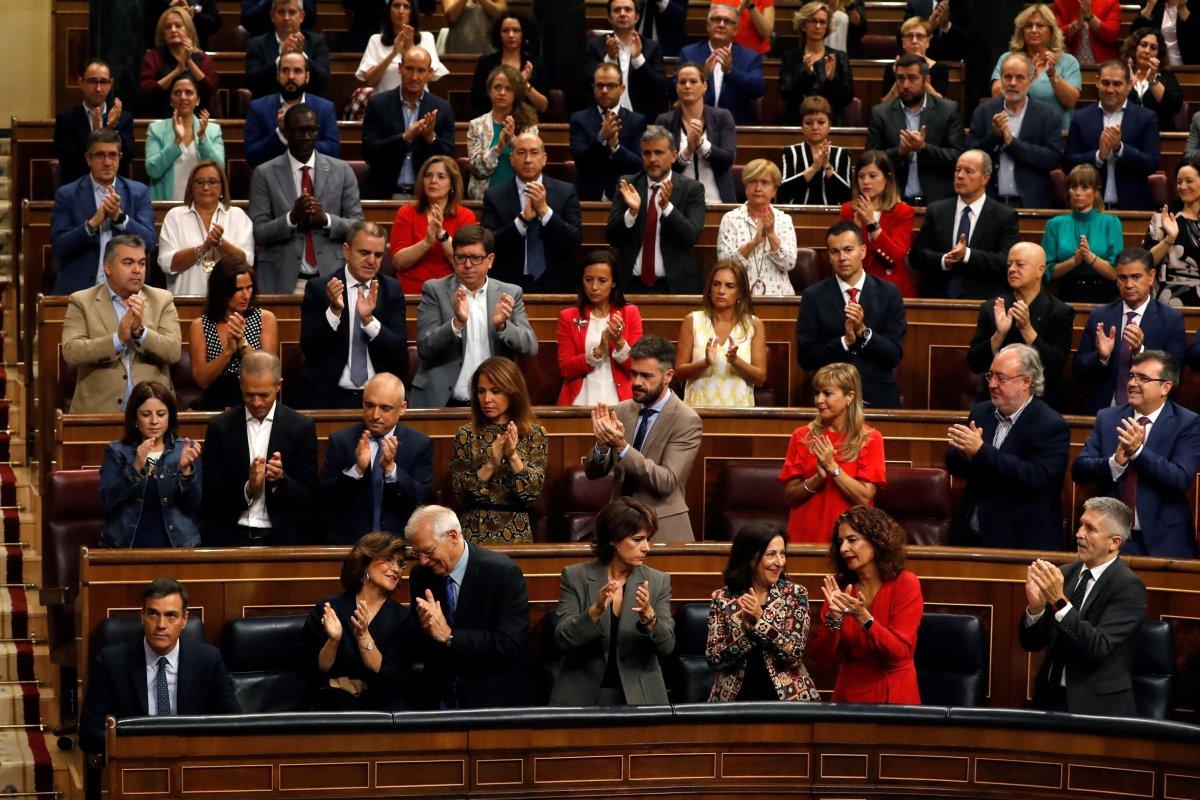 El presidente del Ejecutivo en funciones, Pedro Sánchez (i, abajo), es ovacionado por su equipo de gobierno...