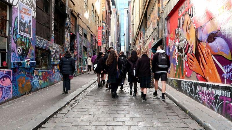 호주의 '존중하는 관계 교육'에는 초등학교 취학 전 과정부터 고등학교 12학년까지 전 학년에 각각 나이대에 맞는 과정이 있다.
