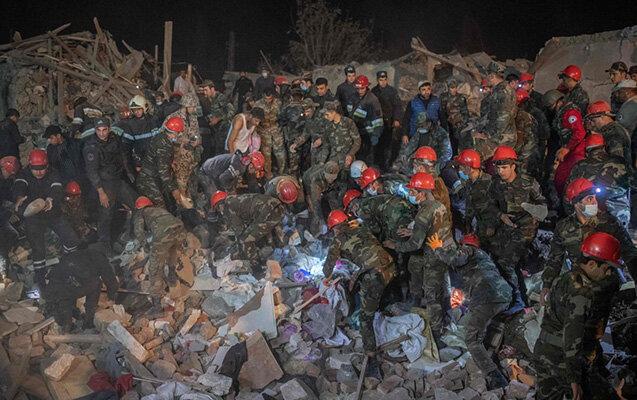 Des secours à l'œuvre au centre-ville de Ganja après un