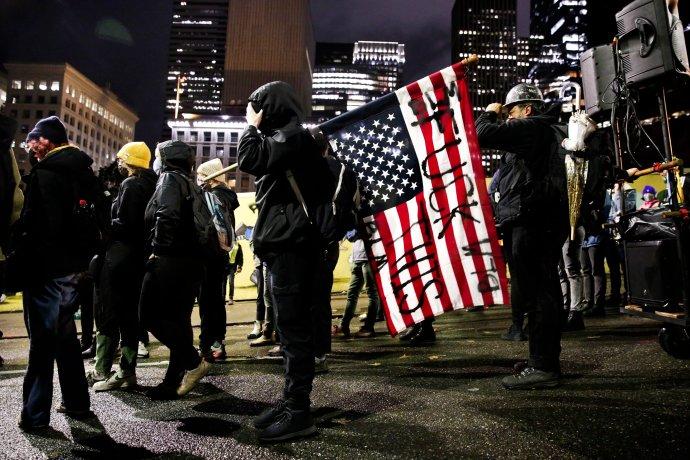 Διαδηλωτής κρατά ανάποδα...