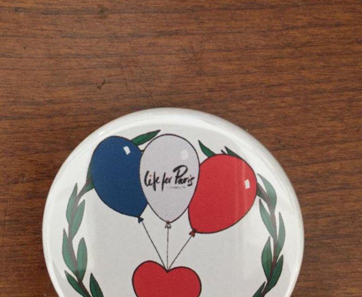 Badge envoyé aux adhérents à l'association Life for Paris pour les 5 ans des attentats.