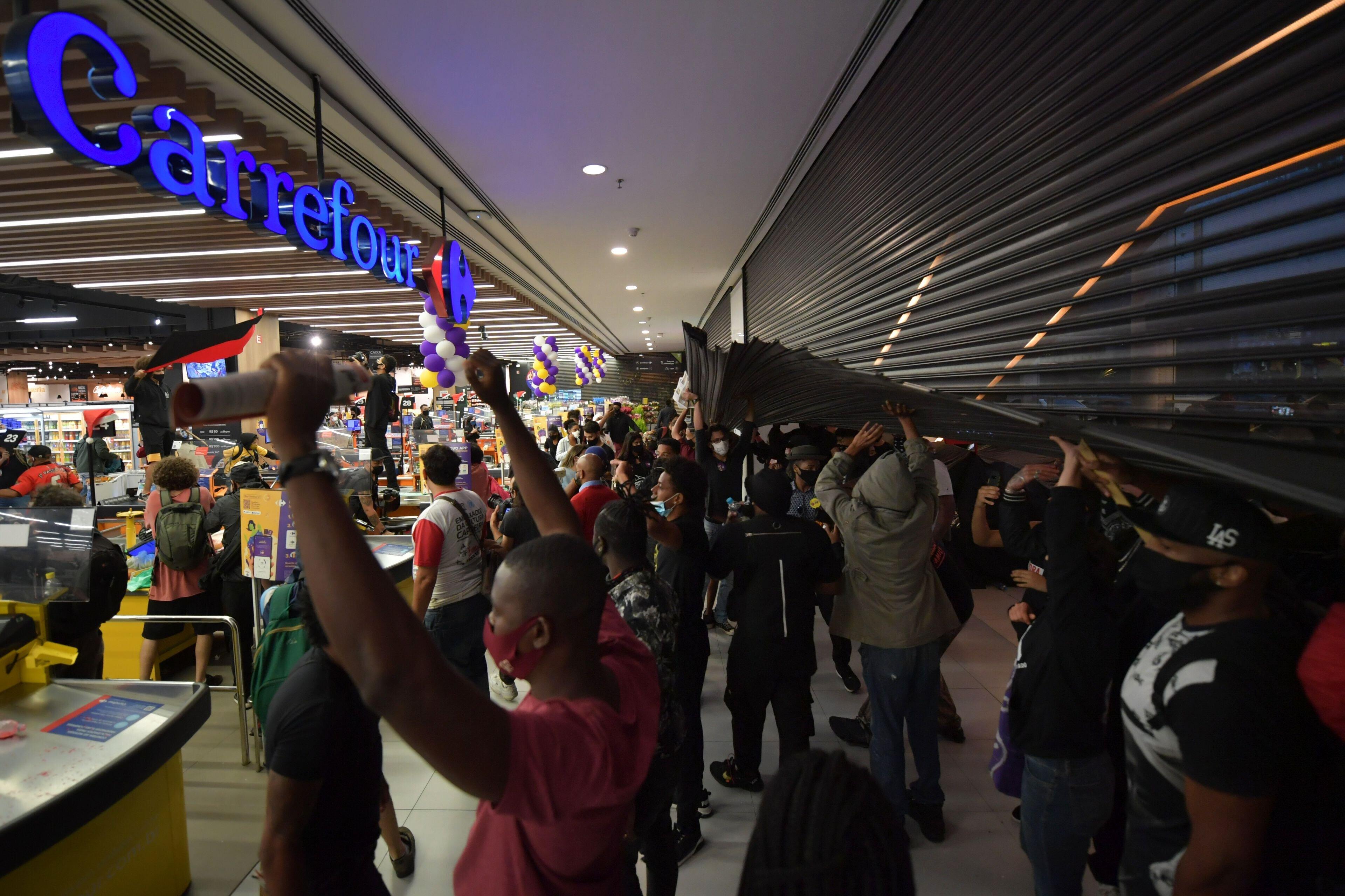 Une manifestation dans un Carrefour de Sao Paulo, le 20 novembre 2020 (Photo by NELSON ALMEIDA/AFP via...