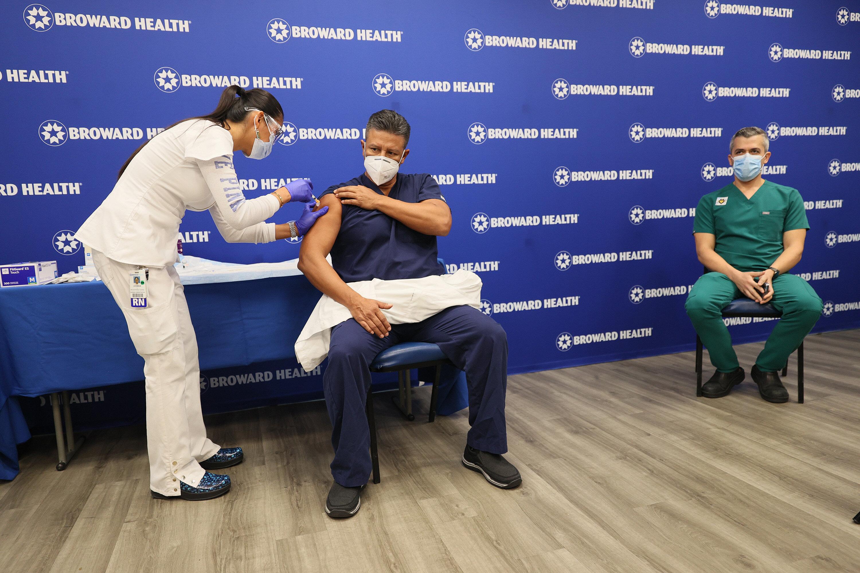 Un homme reçoit le vaccin contre le Covid-19 à Fort Lauderdale, en Floride, le 23...