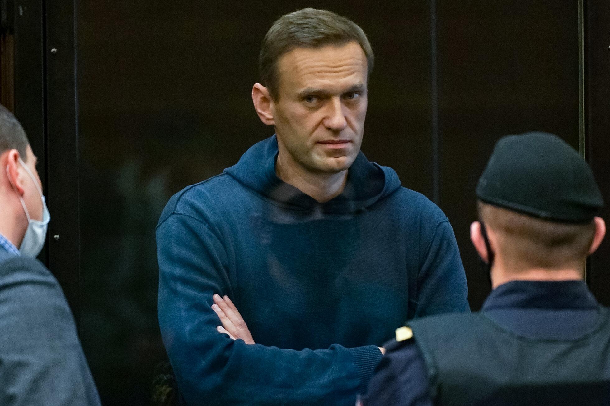 Alexeï Navalny, ici à l'intérieur d'une cellule de verre lors d'une audience à...
