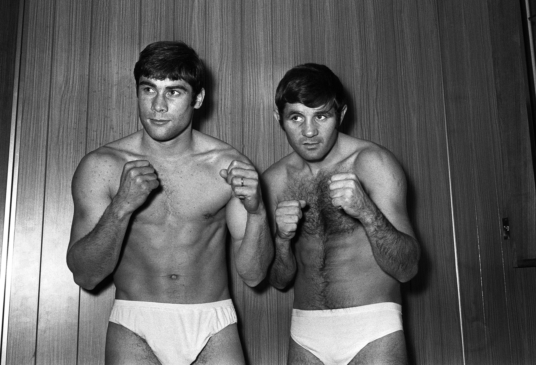 Photo prise le 17 novembre 1969 des boxeurs Roger Menetrey et Jean Josselin (à droite) à...