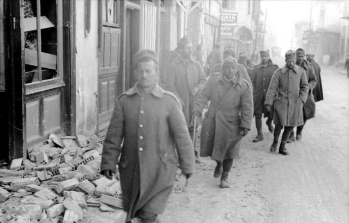 Υποχωρούντες Έλληνες στρατιώτες, Απρίλιος