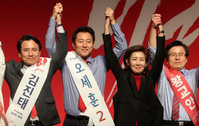 Candidate Jin-tae Kim (from left), Se-hoon Oh, and Gyo-an Hwang, who challenge the party's representatives of the 2.27 National Congress of the Liberal Korean Party, stepped up on the stage at the Daegu-Gyeongbuk joint speech held at EXCO, Daegu on the 18th, and joined hands with the Nae Gyeong-won representative...