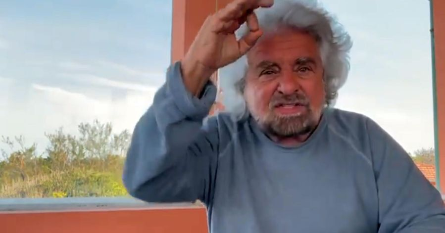 """""""Ridicolizza il nostro dolore"""": i genitori della ragazza che ha denunciato lo stupro contro Grillo"""
