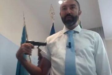"""Il consigliere no vax Barillari si punta una pistola al braccio: """"Vaccini? Una roulette russa"""""""