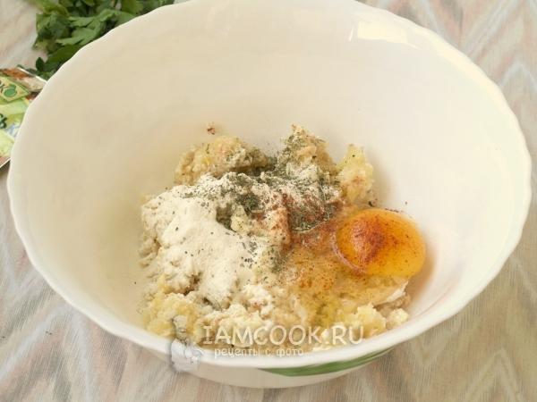 Добавить яйцо, муку и специи