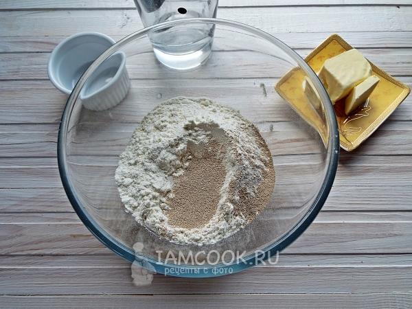 Соединить муку, дрожжи, соль и сахар