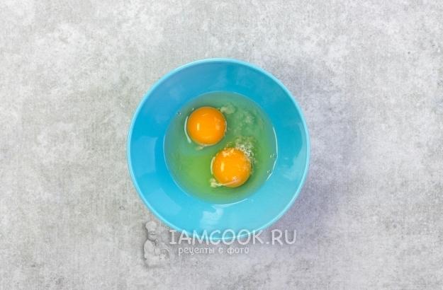 Всыпать в яйца соль