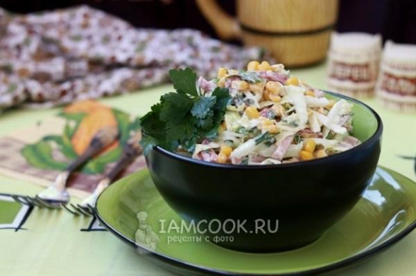 Салат с пекинской капустой, колбасой и кукурузой — рецепт ...