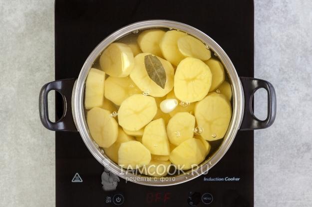 물 감자, 마늘, 로렐에 넣으십시오