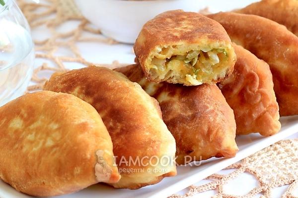 Пирожки с капустой на кефире (на сковороде) — рецепт с ...