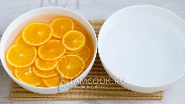 オレンジ色のスライスを水に入れます