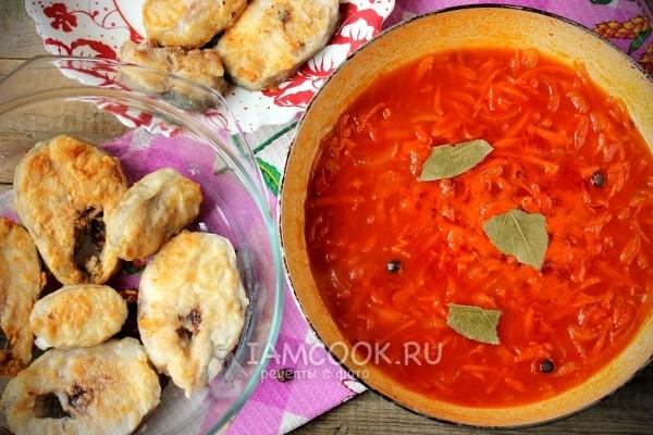 Добавить томатную пасту, лавровый лист и перец