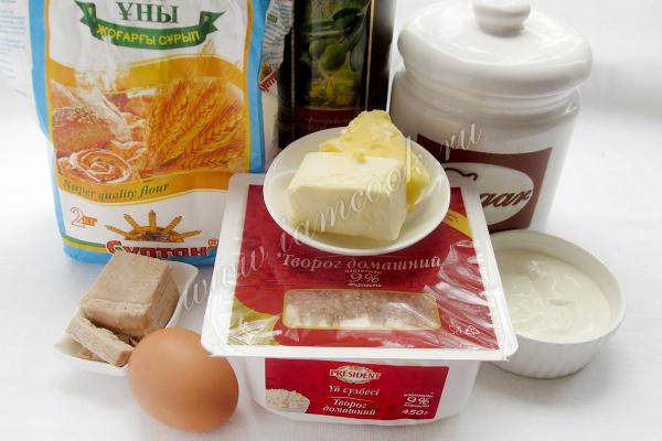 Пирожки с творогом из дрожжевого теста — рецепт с фото ...