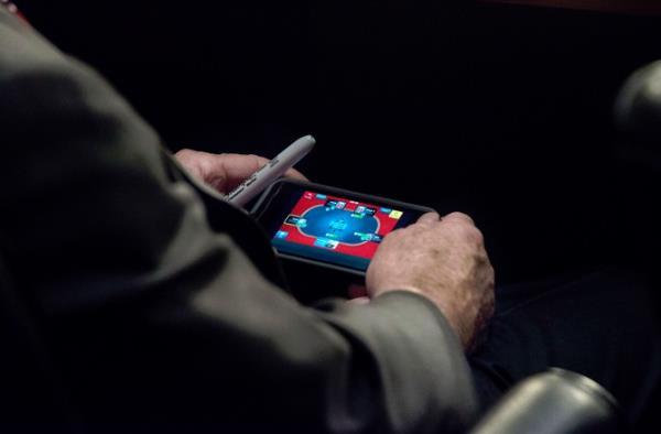 No flagra: senador dos EUA é pego jogando no iPhone durante reunião urgente