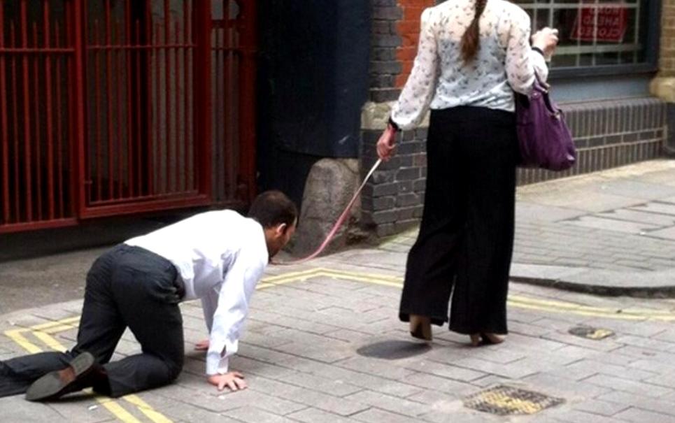 Em Londres, mulher é flagrada conduzindo homem por uma coleira