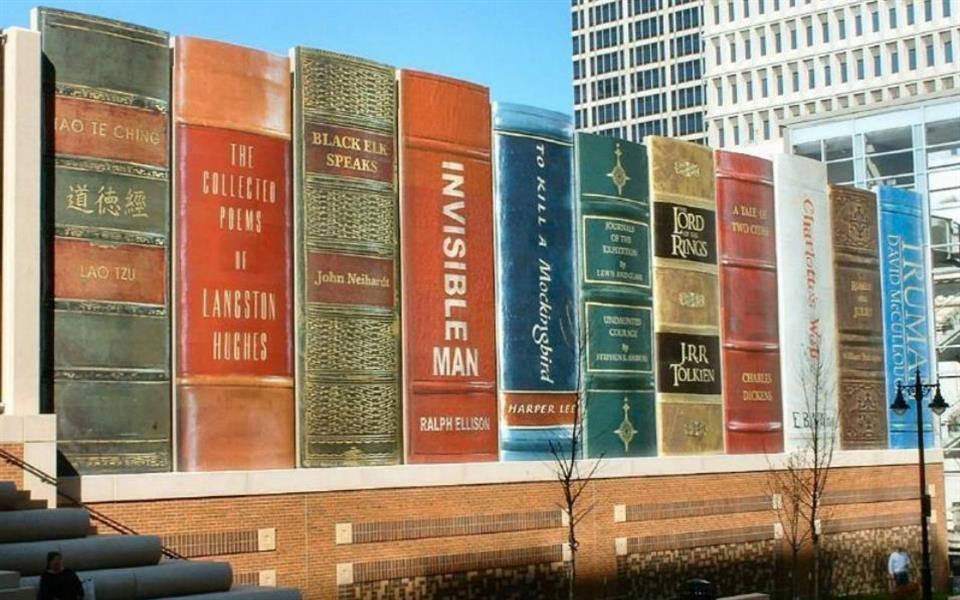 Veja a fachada de estacionamento que parece uma estante de livros gigante