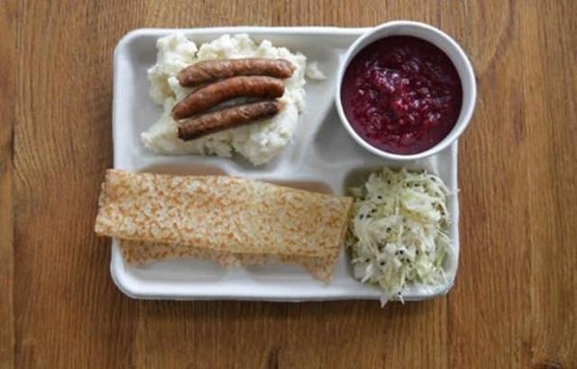 Um prato de comida na mesa