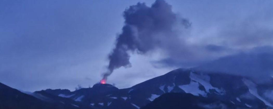 Autoridades espanholas elevaram para o nível amarelo o alerta de erupção do vulcão cumbre vieja, localizado na ilha de la palma, na costa do. Tres Vulcoes Entram Em Erupcao Ao Mesmo Tempo No Alasca Tecmundo
