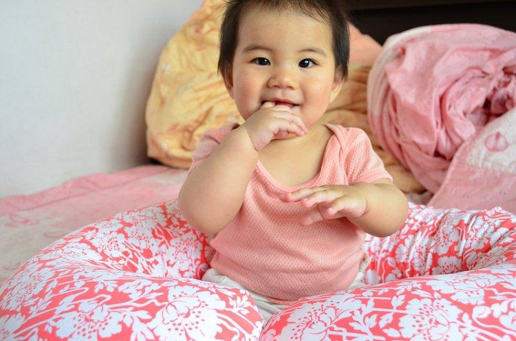 育兒用品推薦_吳媽媽手作月亮枕│哺乳、學坐真方便!連小肥肉都笑得超開心!