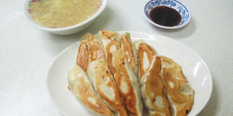 『彰化田中_蕭麵食館』厚實的鍋貼,份量十足,配上玉米濃湯,小吃也能很滿足!
