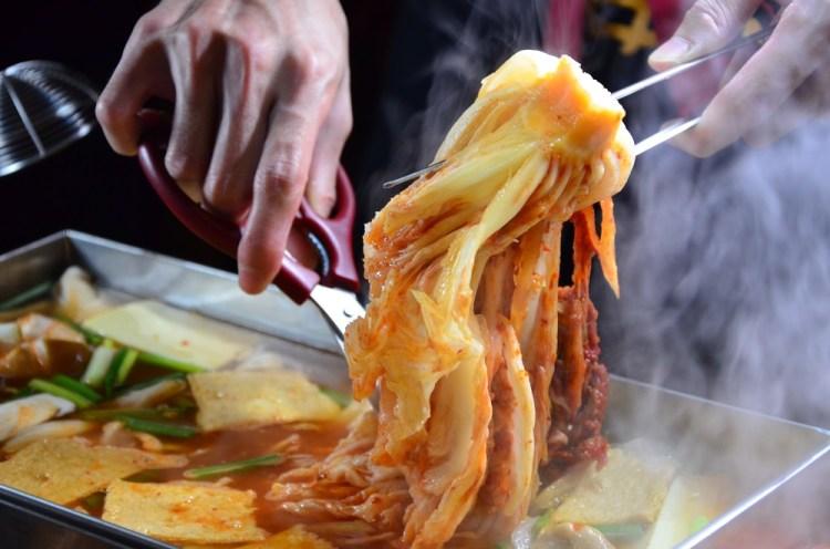 台中西區_店小二串燒vs燒肉(忠明店)│食尚玩家推薦,暖呼呼享受法式馬賽海鮮鍋、韓式大長今鍋!