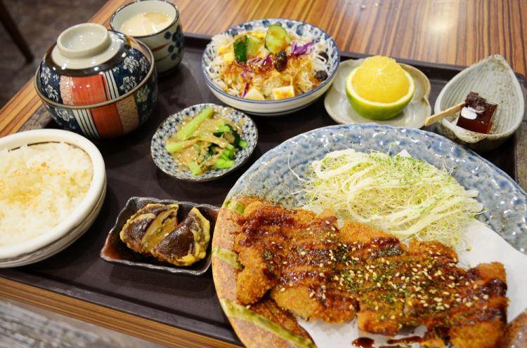 彰化美食_狐狸工頭│彰化定食推薦,百元套餐就有十種小品,白飯、湯品免費續喝。
