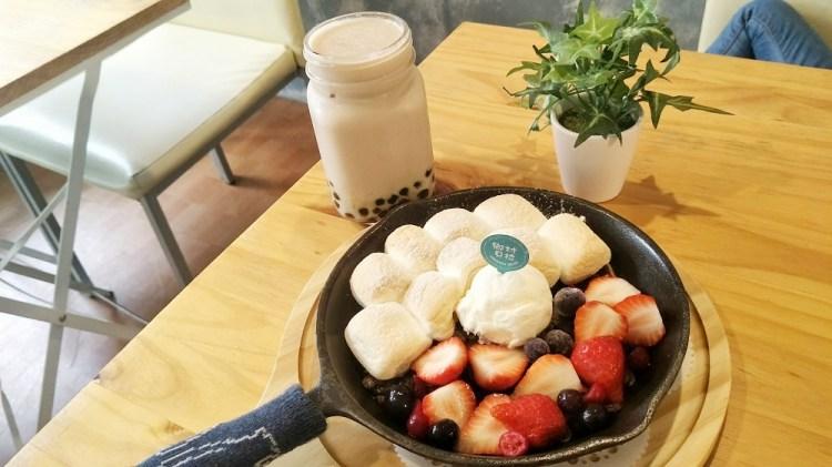員林美食_鄉村貝拉│員林火車站附近甜點!甜滋滋的棉花糖鐵鍋鬆餅,來個姊妹下午茶吧~