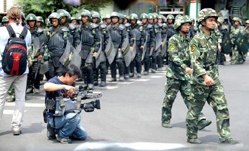 烏魯木齊布滿警力 逾百境外媒體采訪75事件_資訊_鳳凰網