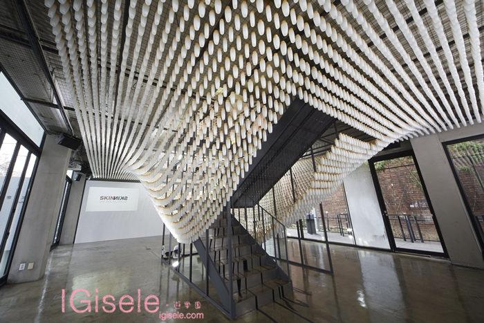2014雪花文化展 SKIN=NIKS 1F藝術作品 - 以雪花秀滋陰水空瓶,以10公分為間隔,懸掛出猶如正飄浮在空中2